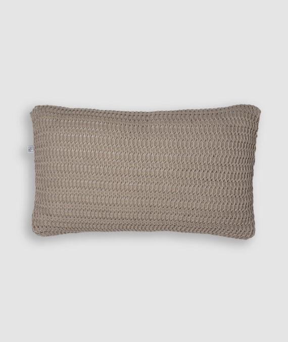 Confeccionada em tricô no ponto onda e na cor nuvem. O preenchimento é feito em fibra siliconada. Possui zíper invisível.