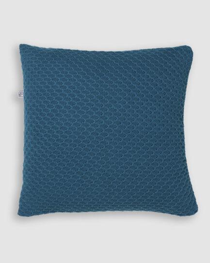 Confeccionada em tricô no ponto onda e na cor regata. O preenchimento é feito em fibra siliconada. Possui zíper invisível.