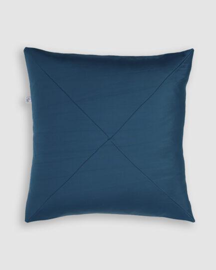 Confeccionada em lycra com detalhe em X na cor azul frança. O preenchimento é feito em fibra siliconada. Possui zíper de vislon aparente na parte superior traseira.