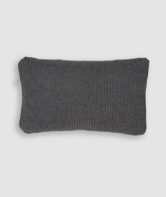 Confeccionada em tricô no ponto perola e na cor millenium. O preenchimento é feito em fibra siliconada. Possui zíper invisível.