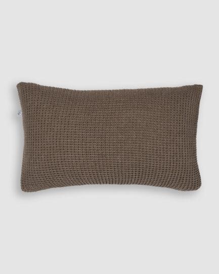 Confeccionada em tricô no ponto pop e na cor shetland. O preenchimento é feito em fibra siliconada. Possui zíper invisível.