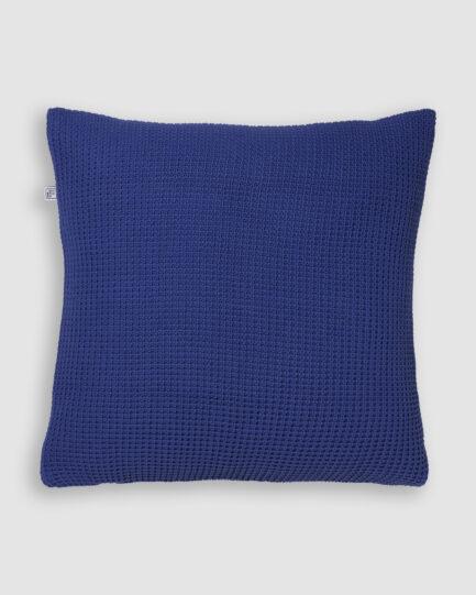 Confeccionada em tricô no ponto pop e na cor violet. O preenchimento é feito em fibra siliconada. Possui zíper invisível.