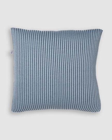 Confeccionada em tricô no risca de giz nas cores asturias e blue star. O preenchimento é feito em fibra siliconada. Possui zíper invisível.