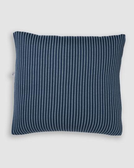 Confeccionada em tricô no risca de giz nas cores blue star e asturias. O preenchimento é feito em fibra siliconada. Possui zíper invisível.