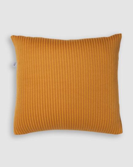 Confeccionada em tricô no risca de giz nas cores leme e resina. O preenchimento é feito em fibra siliconada. Possui zíper invisível.