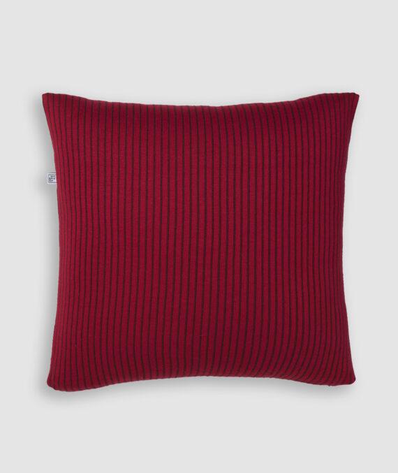 Confeccionada em tricô no risca de giz nas cores red night e vino. O preenchimento é feito em fibra siliconada. Possui zíper invisível.