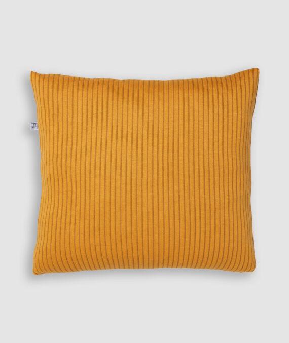 Confeccionada em tricô no risca de giz nas cores resina e leme. O preenchimento é feito em fibra siliconada. Possui zíper invisível.