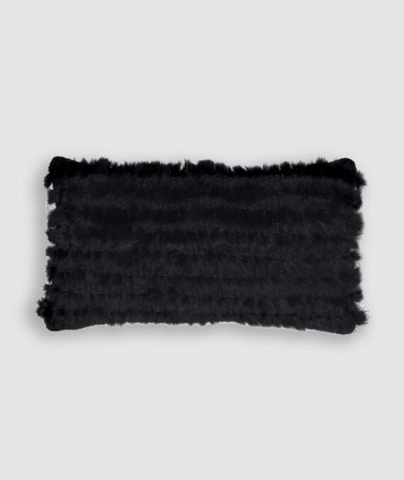 Confeccionada em pelo sintético em tear de algodão na cor preta. O preenchimento é feito em fibra siliconada. Possui zíper invisível.