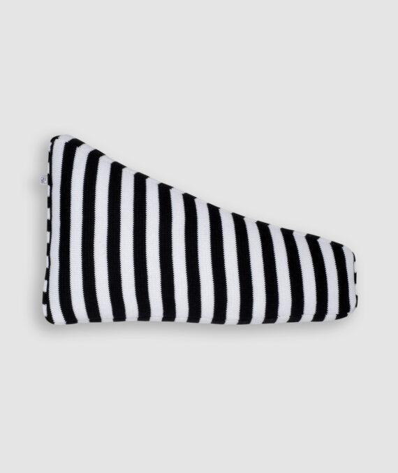 Confeccionada em tricô nas cores preto e branco com listras grossas. O preenchimento é feito em fibra siliconada. Possui zíper invisível.