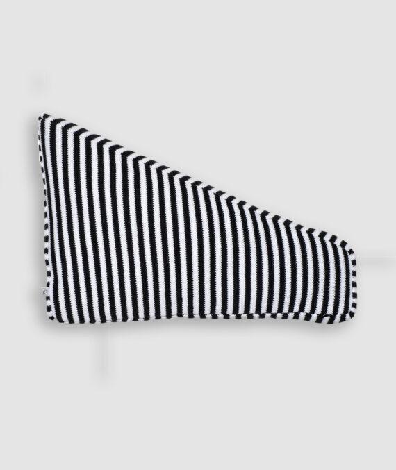 Confeccionada em tricô nas cores preto e branco com listras finas. O preenchimento é feito em fibra siliconada. Possui zíper invisível.