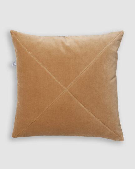 Confeccionada em veludo de algodão na cor camelo. O preenchimento é feito em fibra siliconada. Possui zíper invisível.
