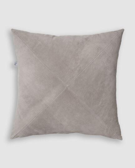 Confeccionada em veludo de algodão na cor cinza claro. O preenchimento é feito em fibra siliconada. Possui zíper invisível.