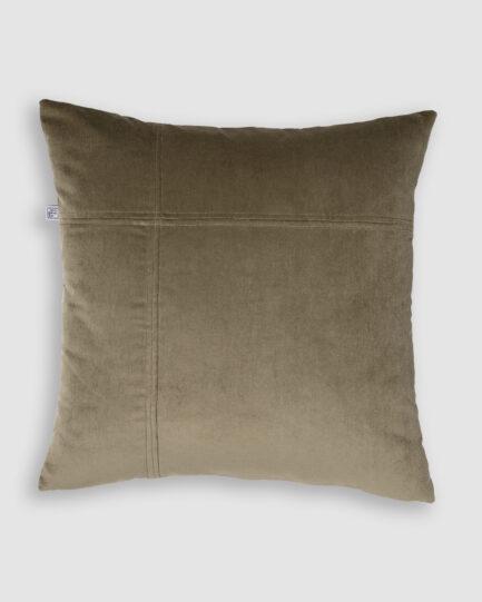 Confeccionada em veludo de algodão na cor fendi. O preenchimento é feito em fibra siliconada. Possui zíper invisível.