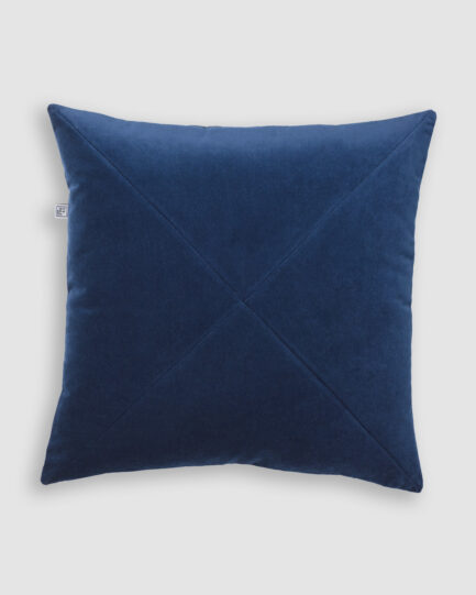 Confeccionada em veludo de algodão com detalhe em X na cor atlântico. O preenchimento é feito em fibra siliconada. Possui zíper invisível.