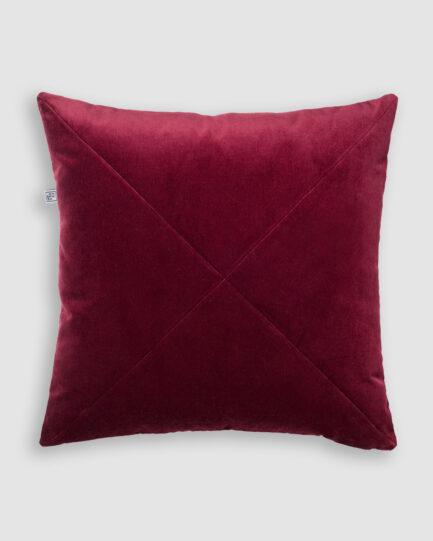 Confeccionada em veludo de algodão com detalhe em X na cor vinho. O preenchimento é feito em fibra siliconada. Possui zíper invisível.