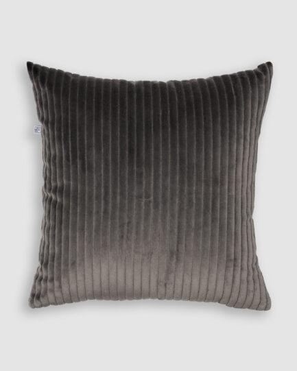 Confeccionada em veludo cotelê na cor dark grey. O preenchimento é feito em fibra siliconada. Possui zíper invisível.