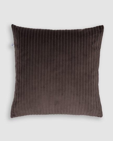 Confeccionada em veludo cotelê na cor marrom. O preenchimento é feito em fibra siliconada. Possui zíper invisível.