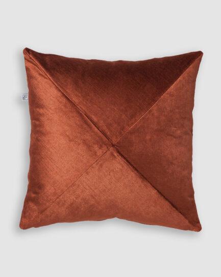 Confeccionada em veludo de linho na cor brick. O preenchimento é feito em fibra siliconada. Possui zíper invisível.