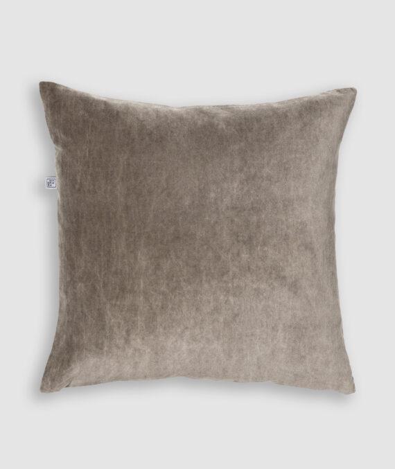 Confeccionada na cor taupe com preenchimento feito em fibra siliconada. Possui zíper invisível.