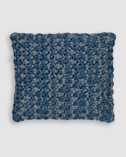 Confeccionada em macramê de lycra nas cores azul frança e asturias. O preenchimento é feito em fibra siliconada. Possui zíper invisível. É uma almofada própria para áreas externas.