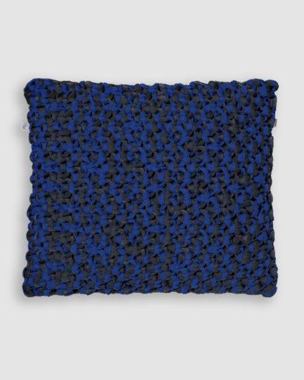 Confeccionada em macramê de lycra nas cores hematita e azul bic. O preenchimento é feito em fibra siliconada. Possui zíper invisível. É uma almofada própria para áreas externas.