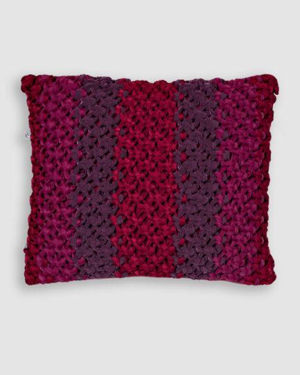 Confeccionada em macramê de lycra nas cores red night e rose red. O preenchimento é feito em fibra siliconada. Possui zíper invisível. É uma almofada própria para áreas externas.