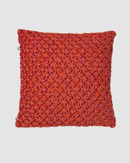 Confeccionada em macramê de lycra nas cores papoula e dune. O preenchimento é feito em fibra siliconada. Possui zíper invisível. É uma almofada própria para áreas externas.