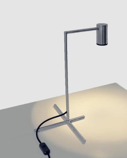 A luminária de mesa chuveirinho é feita de aço inox maciço com acabamento cromado
