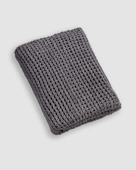 Manta da Coleção De Tempos em Tempos lançada pela Codex Home. Confeccionada em tricot no ponto rede na cor millenium.