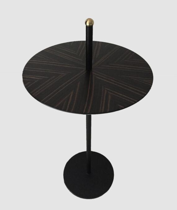 A mesa lateral balle é feita de ebano pré-composto fosco com detalhe em latão