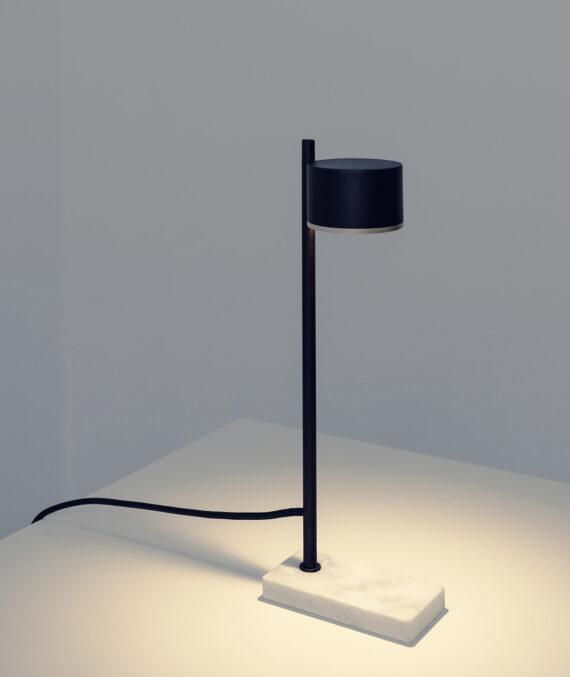 A luminária de mesa ducha tem base de mármore branco especial levigado e é feita de aço de carbono pintado.