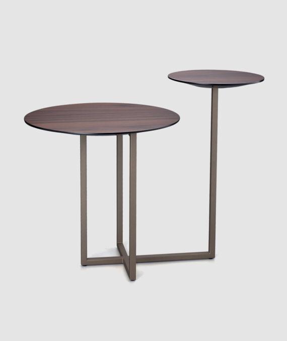 A mesa lateral Izy é feita de madeira nogueira americana natural fosca com acabamento em laca champagne metalizada fosca