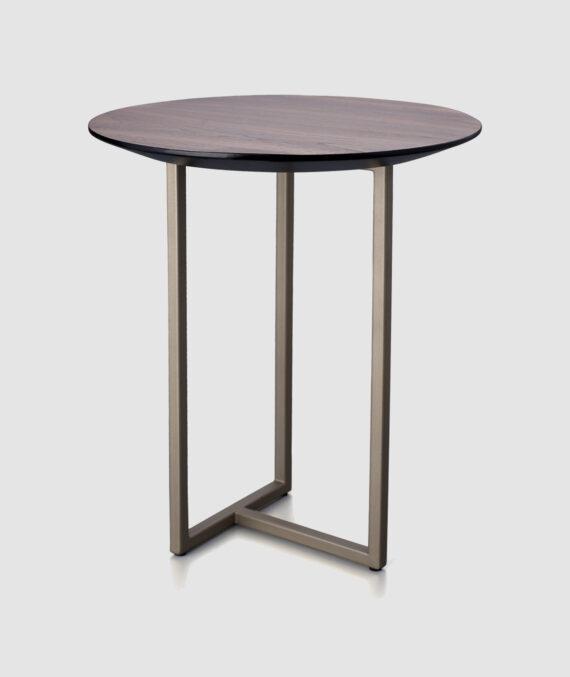 A mesa lateral Izy Três Bases é feita de madeira nogueira americana natural fosca com acabamento em laca champagne metalizada fosca