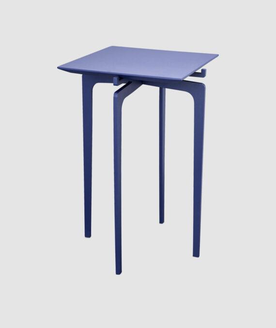 A mesa lateral Twist tem 50 cm de altura e 30 cm de largura