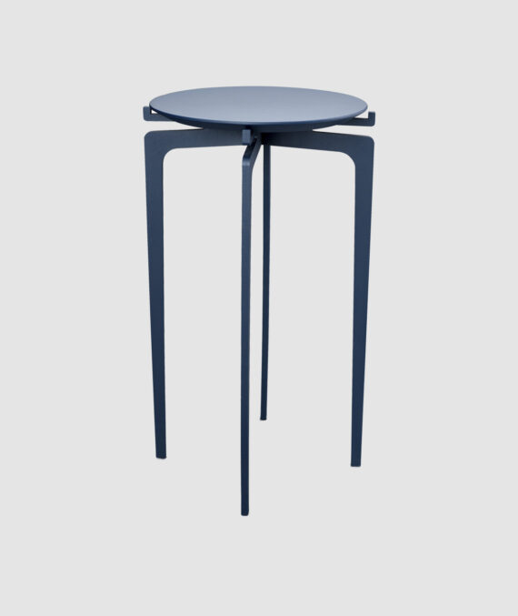 A mesa lateral Twist tem 50 cm de altura e 30 cm de diâmetro