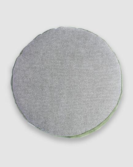 Almofada da Coleção Mandacaru lançada pela Codex Home em parceria com Gleuse Ferreira. Confeccionada manualmente em tricô e camurça na cor riviera e verde. Foi inspirada nas vestimentas do cangaço e cores do cerrado. O preenchimento é feito em fibra siliconada. Possui zíper invisível.