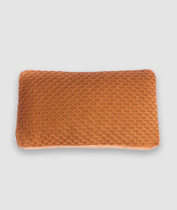 Almofada da Coleção Mandacaru lançada pela Codex Home em parceria com Gleuse Ferreira. Confeccionada manualmente em tricô e camurça na cor caramelo. Foi inspirada nas vestimentas do cangaço e cores do cerrado. O preenchimento é feito em fibra siliconada. Possui zíper invisível.