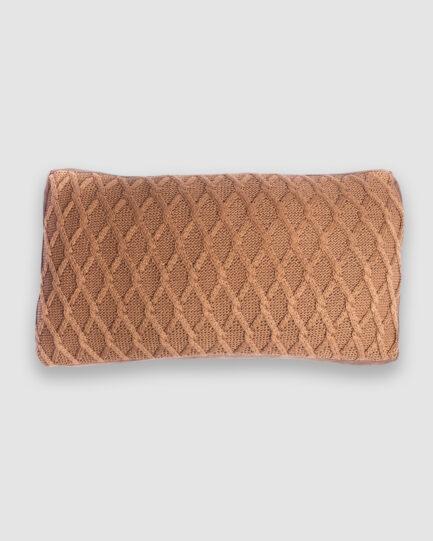 Almofada da Coleção Mandacaru lançada pela Codex Home em parceria com Gleuse Ferreira. Confeccionada manualmente em tricô e couro na cor caramelo. Foi inspirada nas vestimentas do cangaço e cores do cerrado. O preenchimento é feito em fibra siliconada. Possui zíper invisível.