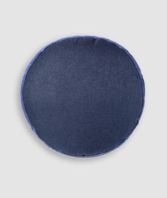 Almofada da Coleção De Tempos em Tempos lançada pela Codex Home. Confeccionada manualmente em linho e camurça na cor profundo. O preenchimento é feito em fibra siliconada. Possui zíper invisível.