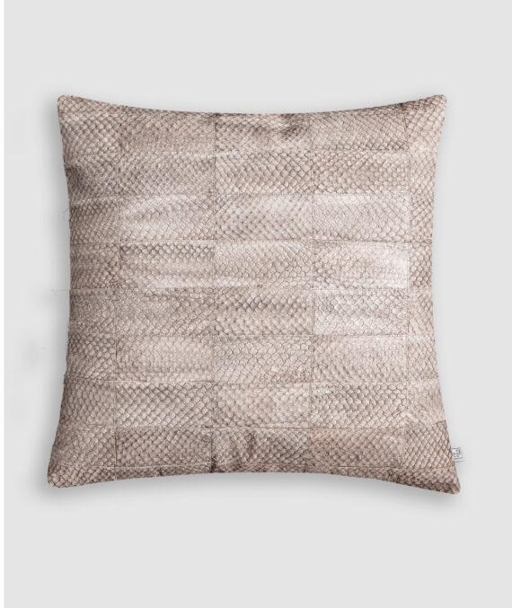Almofada da Coleção Tr3s Pontos lançada pela Codex Home. Confeccionada manualmente em pele exótica de tilápia na cor cinza. O preenchimento é feito em fibra siliconada. Possui zíper invisível.
