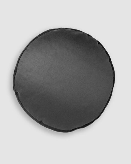 Almofada da Coleção De Tempos em Tempos lançada pela Codex Home. Confeccionada manualmente em linho e camurça na cor preta. O preenchimento é feito em fibra siliconada. Possui zíper invisível.
