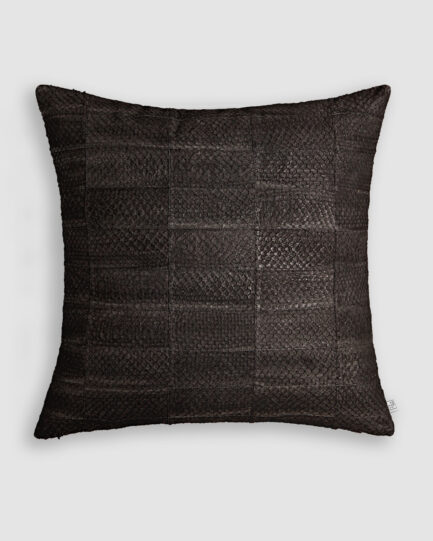 Almofada da Coleção Tr3s Pontos lançada pela Codex Home. Confeccionada manualmente em pele exótica de tilápia na cor preta. O preenchimento é feito em fibra siliconada. Possui zíper invisível.