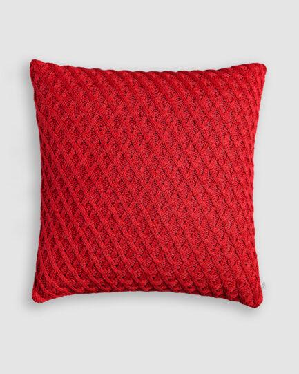 Almofada da Coleção Tr3s Pontos lançada pela Codex Home. Confeccionada em tricô no ponto aran na cor red night. O preenchimento é feito em fibra siliconada. Possui zíper invisível.