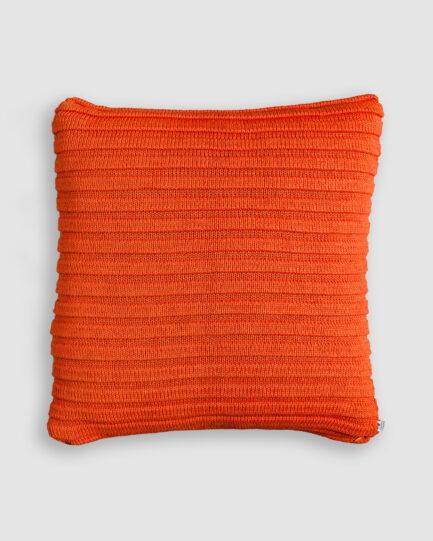 Almofada da Coleção Tr3s Pontos lançada pela Codex Home. Confeccionada em tricô no ponto gomos na cor telha. O preenchimento é feito em fibra siliconada. Possui zíper invisível.